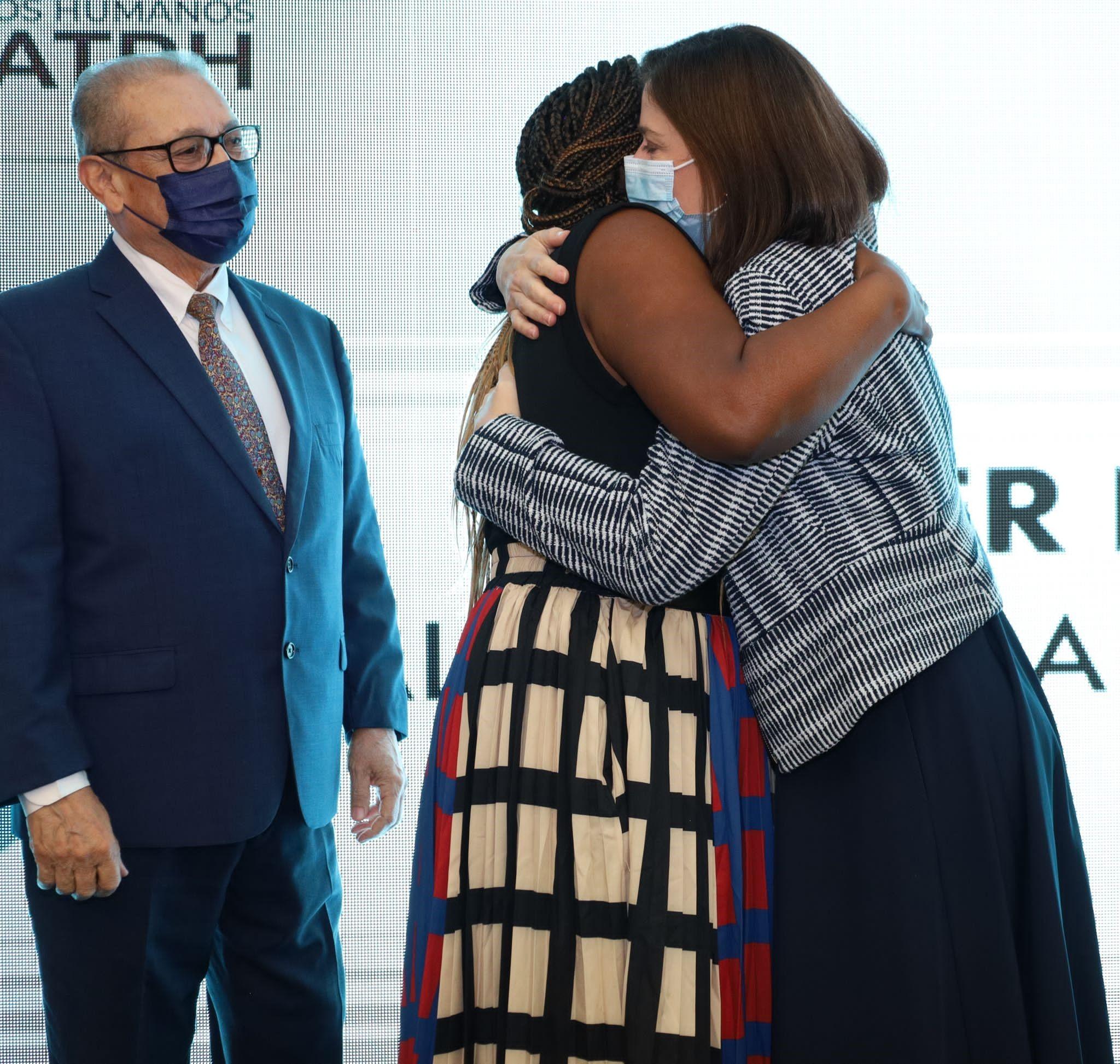 Alicia Ayala Sanjurjo y la Jueza Presidenta del Tribunal Supremo, Hon. Maite D. Oronoz Rodríguez, se abrazaron al anunciarse que Ayala Sanjurjo cargaría con el primer premio.