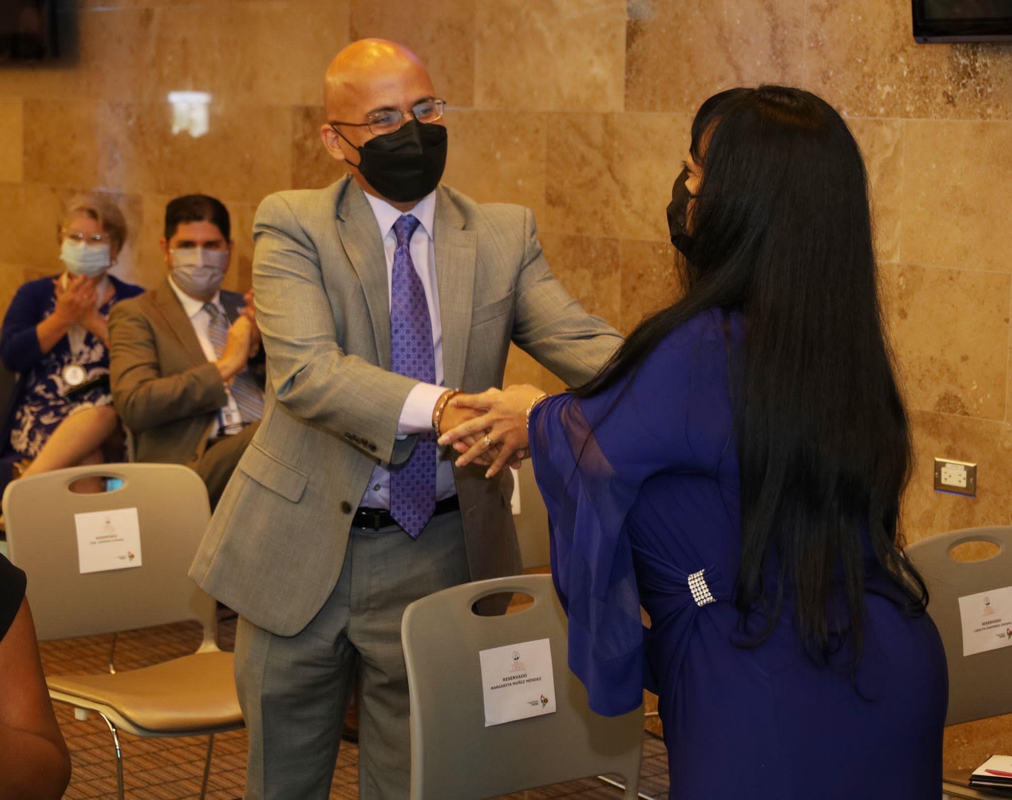 El Director Administrativo de los Tribunales, Hon. Sigfrido Steidel Figueroa, felicitó a Margarita Muñiz Méndez al anunciarse que le correspondería a ella el segundo premio.